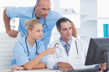 Ärzte beschäftigen sich in der Klinik mit der Krankenhaus-IT